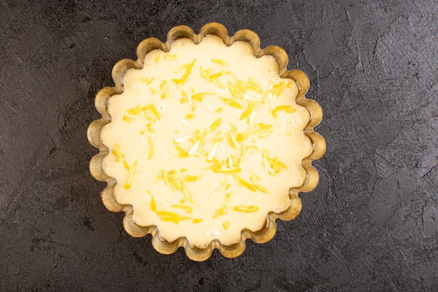Uma vista superior bolo de limão azedo delicioso bolo exótico de padaria doce na mesa escura Foto gratuita