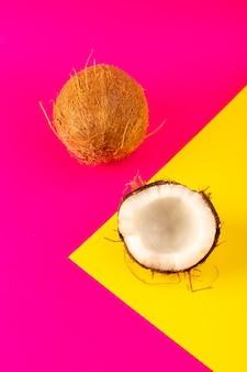 Uma vista superior, coco, fatiado, e, fresco, leitoso, maduro, isolado, ligado, a, cor-de-rosa, e, amarela
