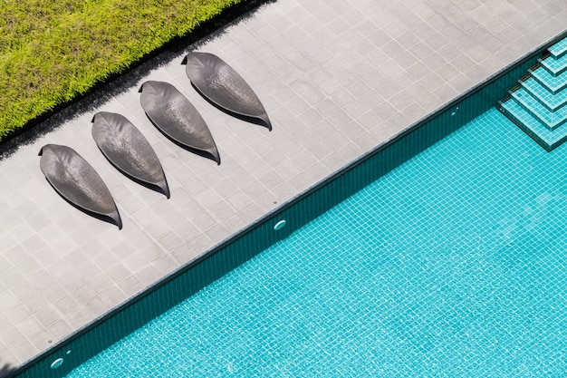 Uma vista superior da piscina no terraço com camas
