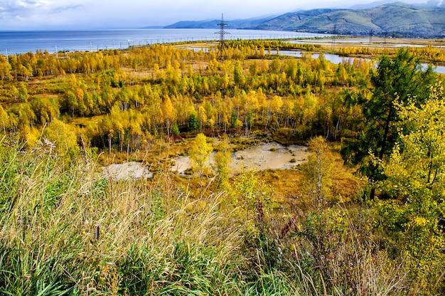 Uma vista superior de árvores da floresta coloridas e lago no outono temporada. cena do lago baikal, rússia