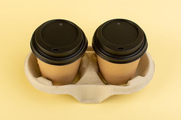 Uma vista superior de copos de café de plástico com cores de pares de café