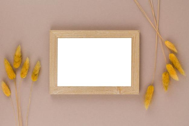 Uma vista superior de uma moldura de foto e decoração de trigo