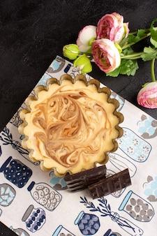 Uma vista superior distanciada delicioso café bolo doce delicioso açúcar padaria bolo doce na mesa escura