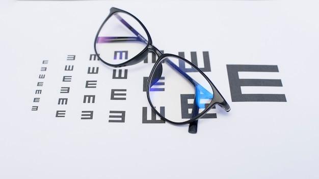 Uma vista superior do gráfico de olho com óculos, conceito de oftalmologista