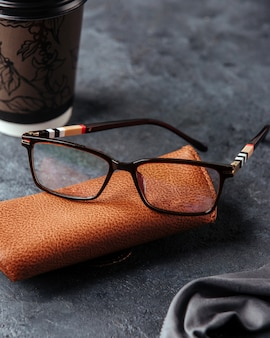 Uma vista superior óculos de sol pretos modernos sobre o fundo cinza isolado elegância de óculos de visão