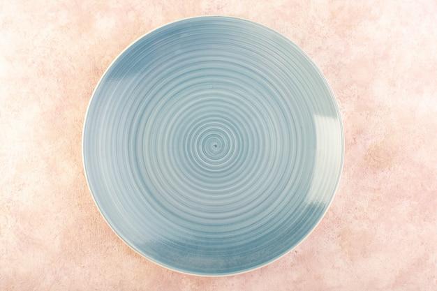 Uma vista superior redonda de vidro plano azul feito isolado
