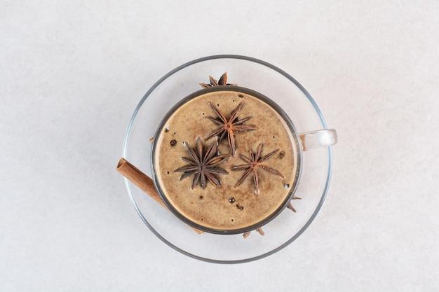 Uma xícara de aroma saboroso de café com canela em pau e anis estrelado