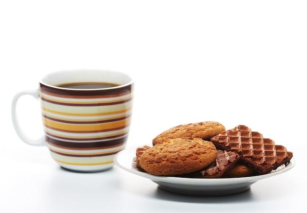 Uma xícara de café com biscoitos close up