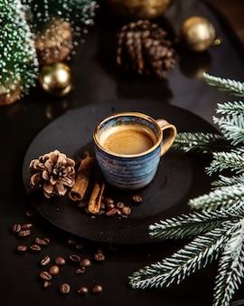Uma xícara de café com canela