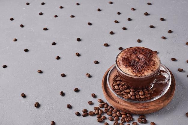 Uma xícara de café com espuma na parte superior.