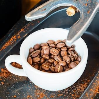 Uma xícara de café com grãos de café torrados