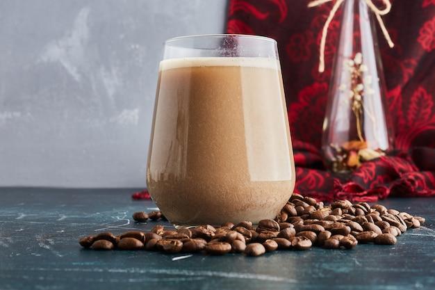 Uma xícara de café com grãos.