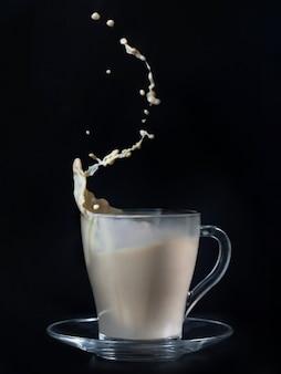 Uma xícara de café com leite com esguicho