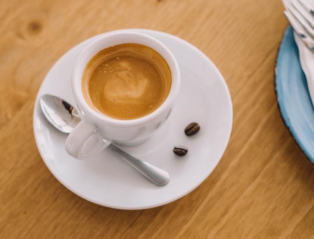 Uma xícara de café com leite italiano na mesa de um restaurante chique