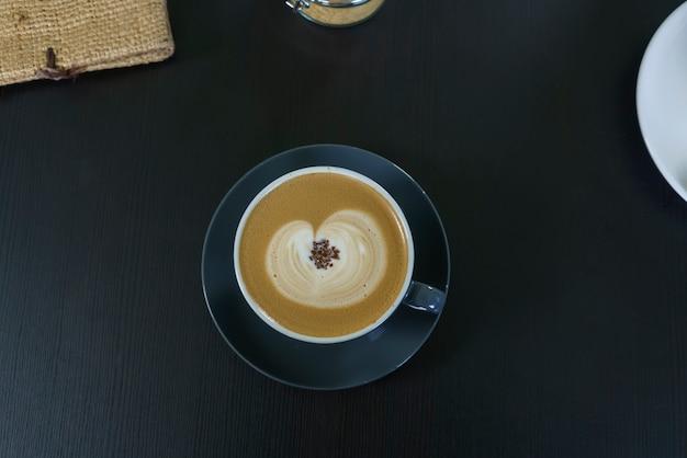 Uma xícara de café com leite quente servido na escócia