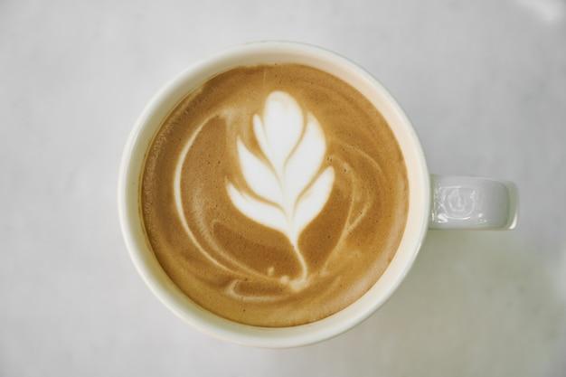 Uma xícara de café com leite