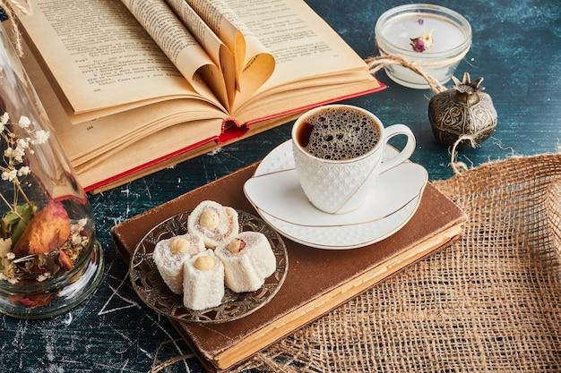 Uma xícara de café com lokum.