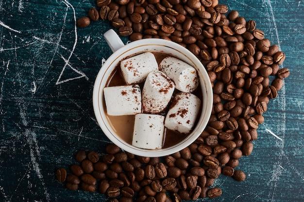 Uma xícara de café com marshmallows.