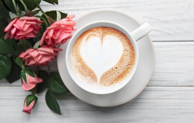 Uma xícara de café com padrão de coração
