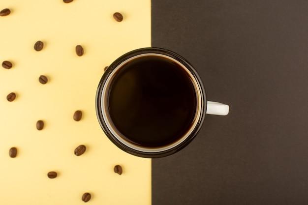Uma xícara de café com vista de cima com grânulos de sementes de café marrom