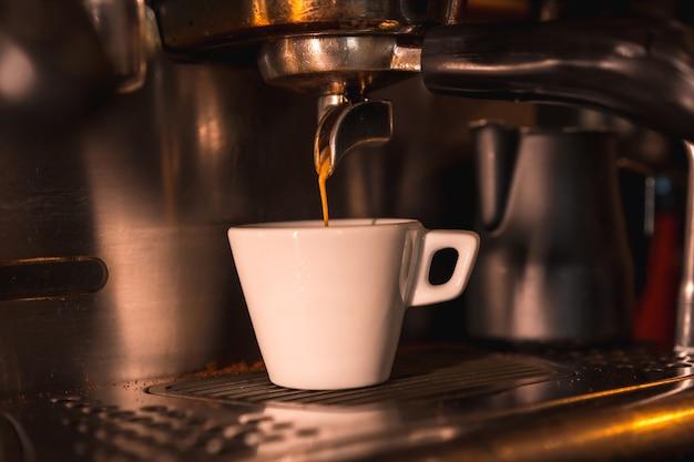 Uma xícara de café descafeinado branco pronto para um cliente pegar