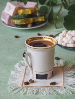 Uma xícara de café e doces turcos. comida doce no ramadã