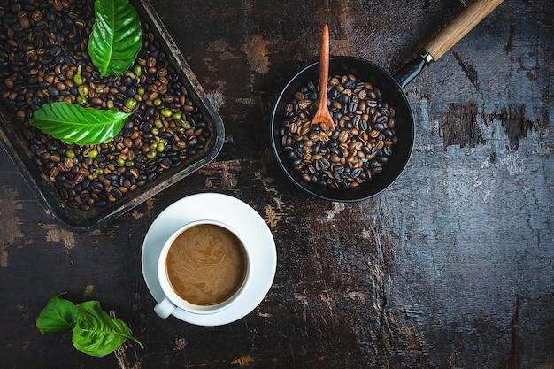 Uma xícara de café e grãos de café em uma mesa de madeira
