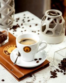 Uma xícara de café e grãos de café