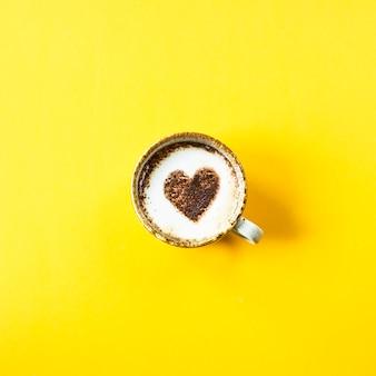 Uma xícara de café em que o coração é pintado