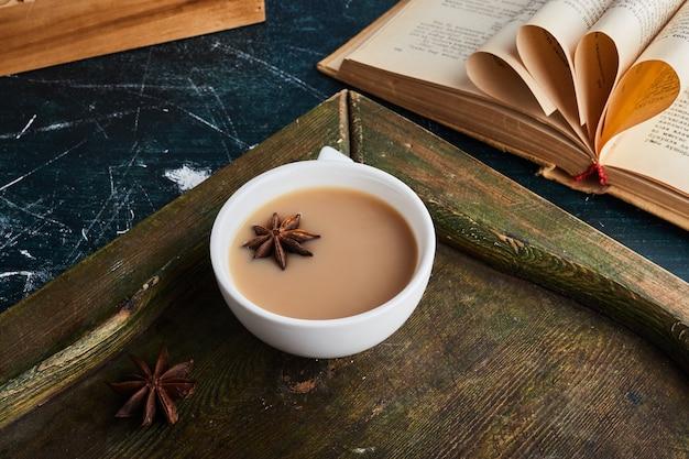 Uma xícara de café em uma bandeja de madeira.