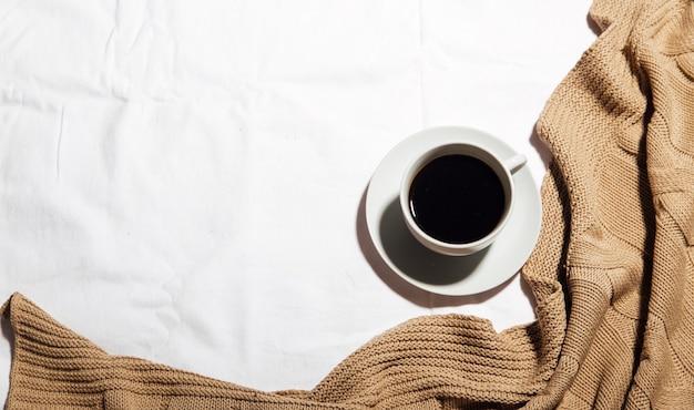 Uma xícara de café em uma cama branca