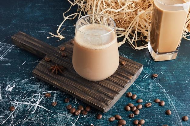 Uma xícara de café em uma travessa rústica.