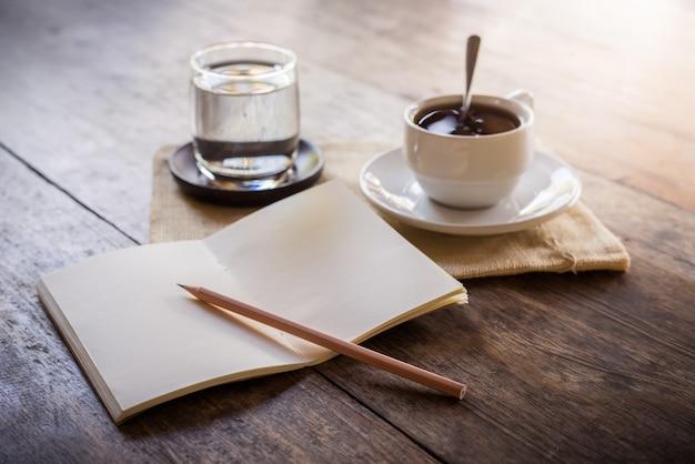 Uma xícara de café na mesa de madeira
