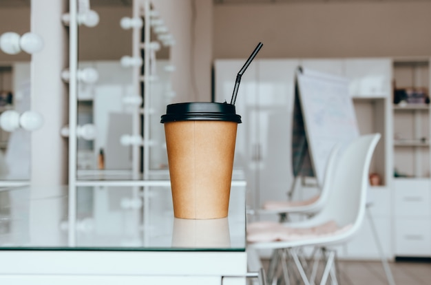 Uma xícara de café na mesa no salão de beleza