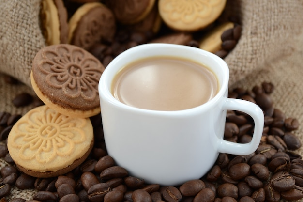 Uma xícara de café no início da manhã com shortbread. fechar-se.