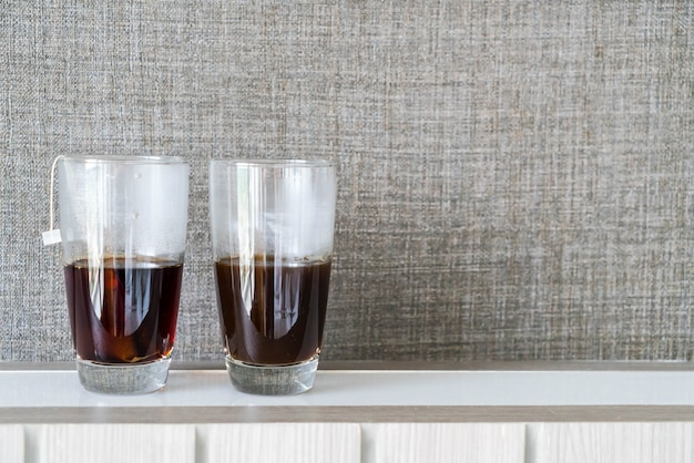 Uma xícara de café preto e chá preto