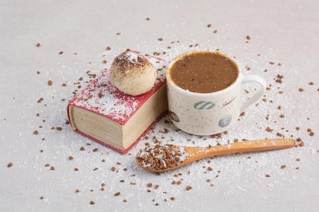 Uma xícara de café quente com colher ee su8gar em fundo branco. foto de alta qualidade