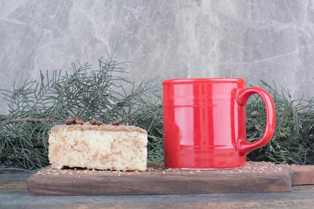 Uma xícara de café quente com um pedaço de bolo no fundo de mármore. foto de alta qualidade