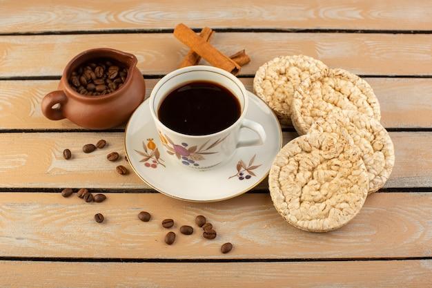 Uma xícara de café quente e forte com sementes frescas de café marrom e biscoitos na mesa rústica creme de café com sementes de café bebida foto grão