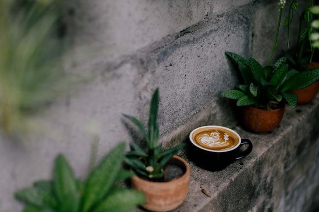 Uma xícara de café quente em uma prateleira com decoração
