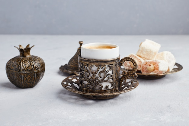 Uma xícara de café servida com lokum turco.
