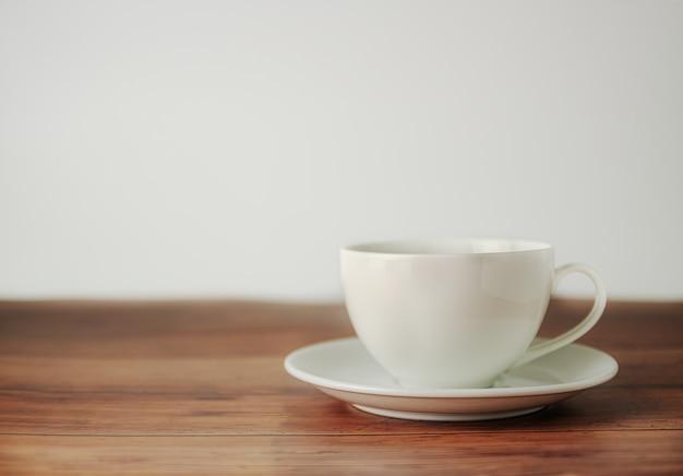 Uma xícara de café sobre fundo de madeira