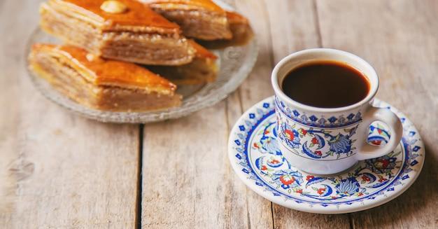 Uma xícara de café turco e baklava. foco seletivo.