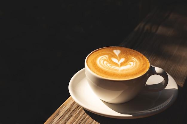 Uma xícara de cappuccino de café com leite