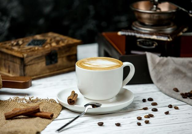 Uma xícara de cappuccino e canela