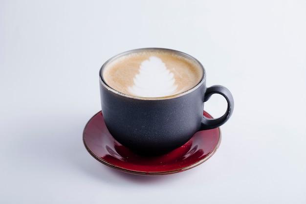Uma xícara de cappuccino preta.