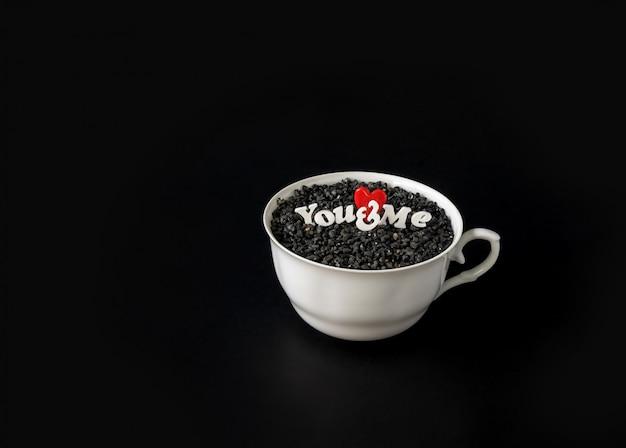 Uma xícara de carta de amor e símbolo do coração