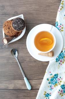Uma xícara de chá com biscoitos