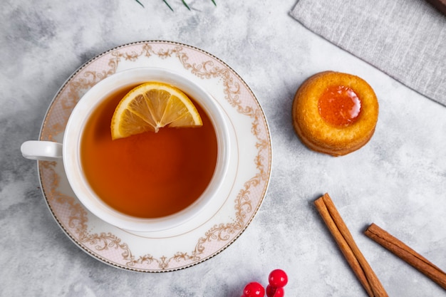 Uma xícara de chá com bolinho de impressão digital caseiro de geléia de damasco. foto de alta qualidade