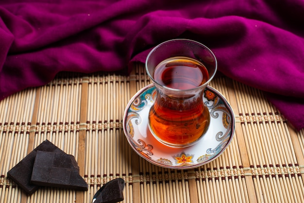 Uma xícara de chá com chocolate preto escuro